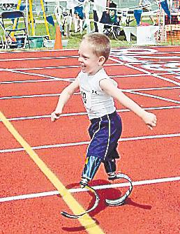 Безногий мальчик ставит рекорды на стадионе