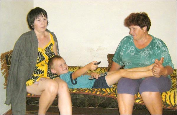 Татьяна Сушко с сыном Максимом и свекровью Верой Григорьевной два месяца назад переехала из родного поселка Ерки в райцентр Катеринополь на Черкасчине (фото: Лариса Кожушко)