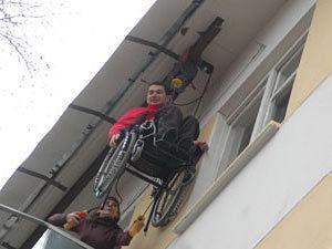 В Воронеже инвалид-колясочник поднимается на пятый этаж по стене дома