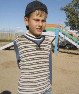 Безрукому мальчику-инвалиду из поселка Тапхар никак не могут изготовить протезы рук