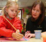 Благодаря уникальному протезу, пятилетняя Тили, лишившаяся обеих рук, снова рисует