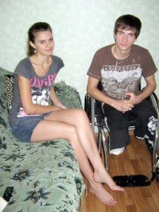 19-летняя жительница Мариуполя не бросила своего жениха, оставшегося в результате аварии без ног
