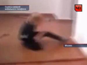 Девушка жестоко избивает сверстницу-инвалида