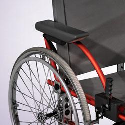 Инвалидная коляска на ручном приводе полезнее, чем с мотором