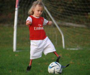 Девочка без ног вошла в школьную команду по футболу