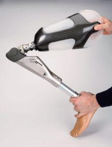 На помощь инвалидам Ленобласти поступили современные протезы с микропроцессорами