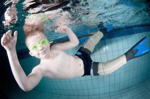 Ребенок потерявший ноги научился плавать благодаря протезам-плавникам