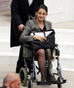 Женщинам в турецком парламенте теперь можно носить брюки