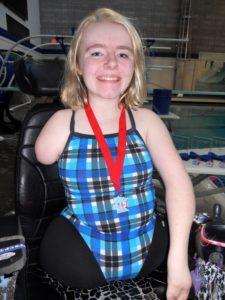 16-летняя девочка, родившаяся без ног и одной руки, установила мировой рекорд в плавании среди женщин-инвалидов