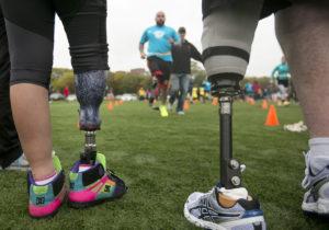 Десятки людей с ампутированными ногами заново учатся бегать на протезах