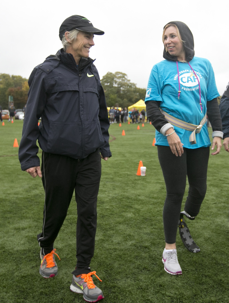 Десятки людей с ампутированными ногами пришли в воскресенье на спортивное поле Гарварда со своими семьями, врачами и волонтерами, чтобы заново учиться бегать на протезах.