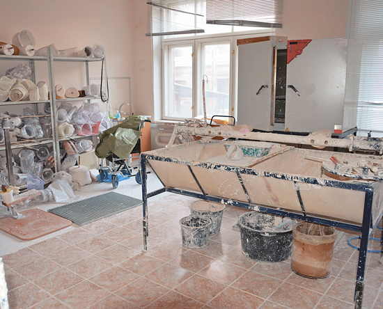 Первый этап изготовления протеза — создание копии культи из глины.