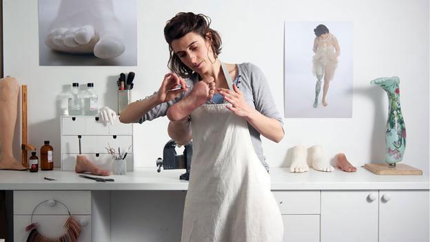 Софи де Оливейра в процессе создания очередного шедевра альтернативных конечностей