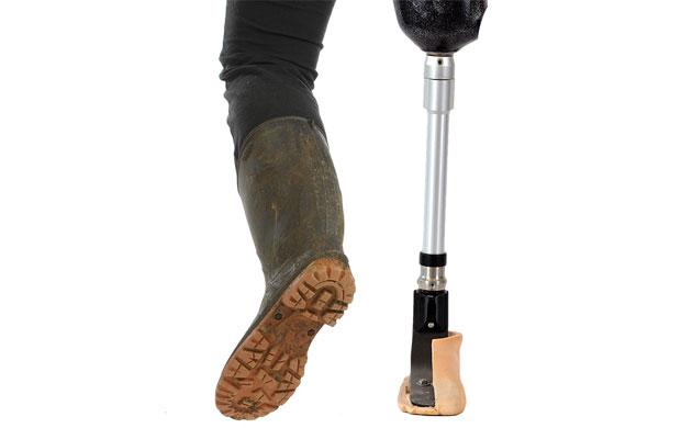 Специальный съемный протез на ногу – для работы на ферме