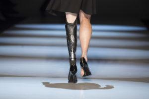 Торонто Неделя моды: Спортсменка с ампутированной ногой приняла участие в показе для бренда VAWK