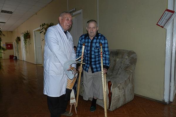 Врач-ортопед Станислав Николаевич Лупаков и пациент Михаил Алексеевич в отделении стационара.