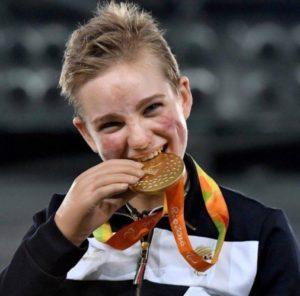 19-летняя итальянка, у которой ампутированы все конечности, выиграла золото в фехтовании