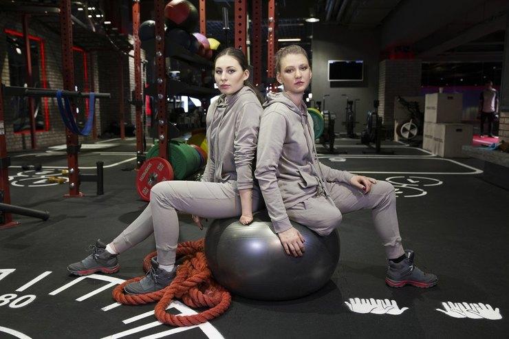 Юлия Михеева и Наталья Кочерова (лыжи) в паралимпийской форме ZASPORT