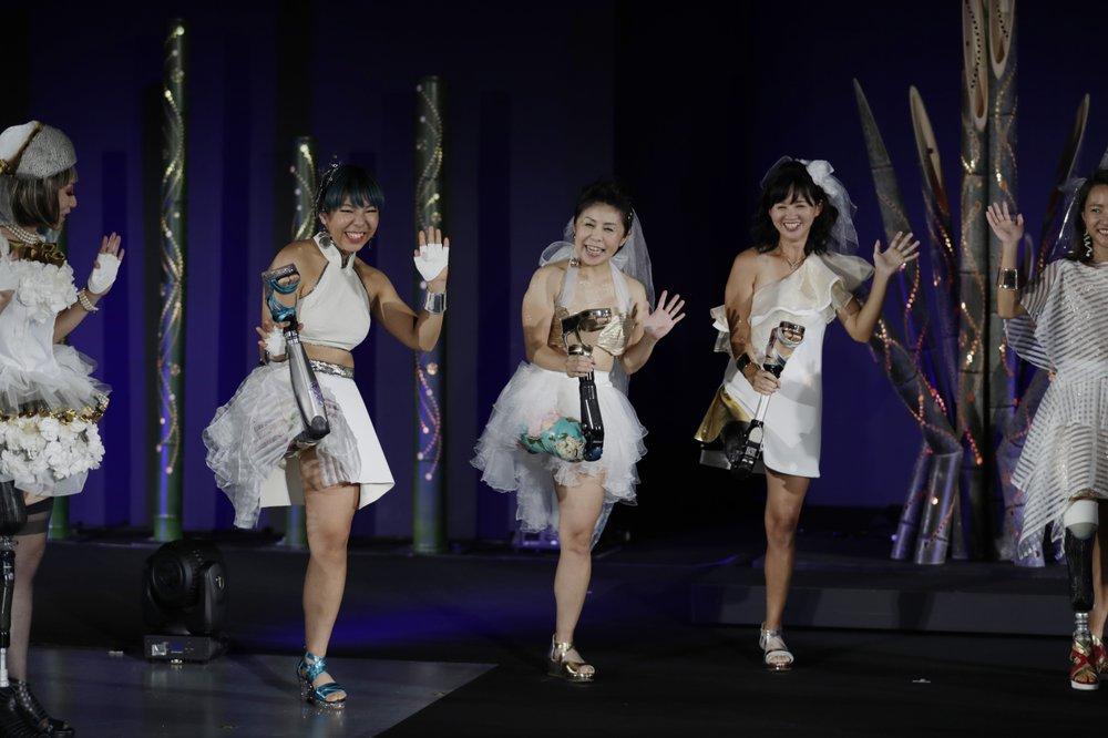 Каэдэ Маэгава, паралимпиец, второй слева, Хитоми Ониси, паралимпиец,и Саяка Мураками, спортсмен, позируют для фотографии
