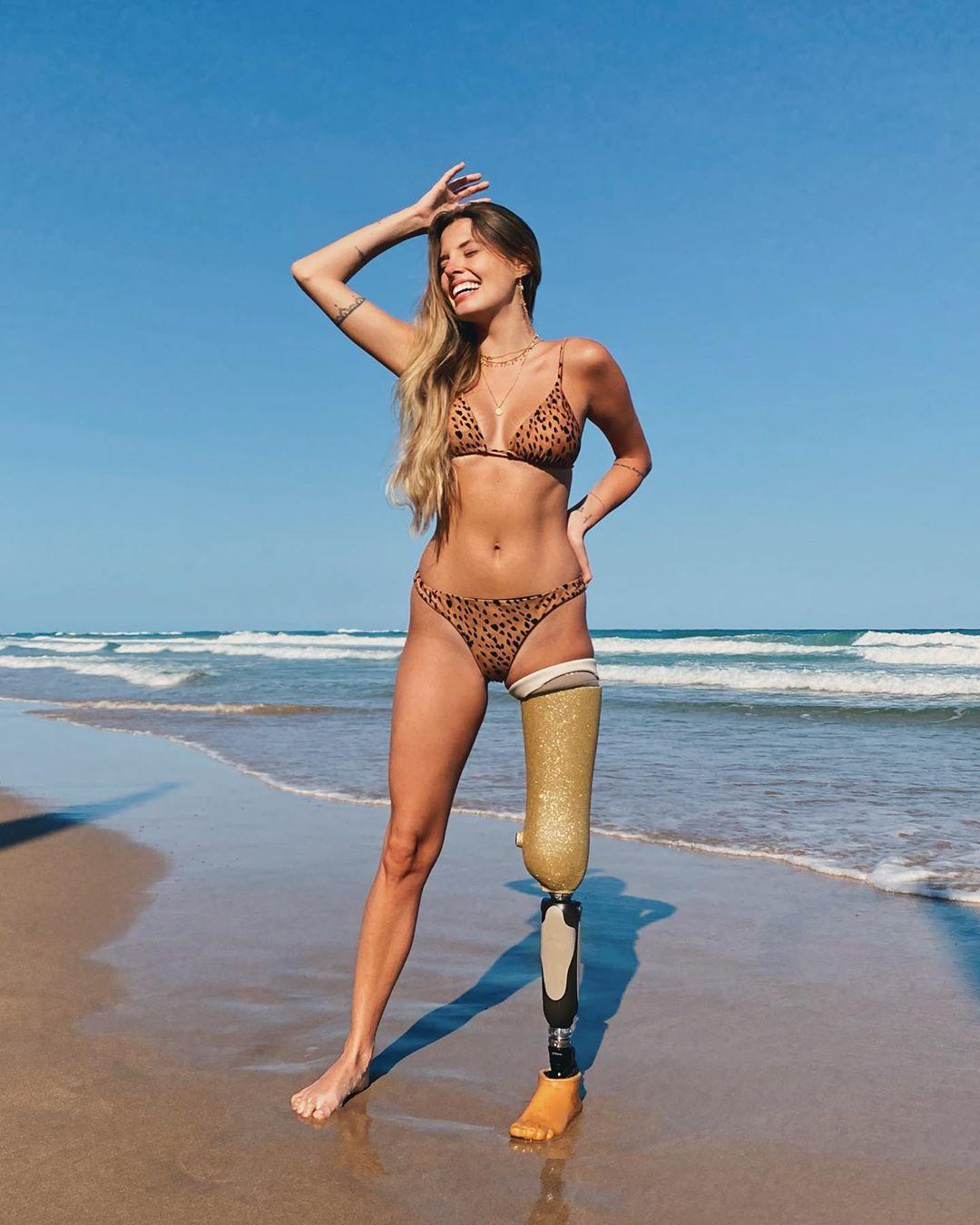 Паола Антонини на пляже