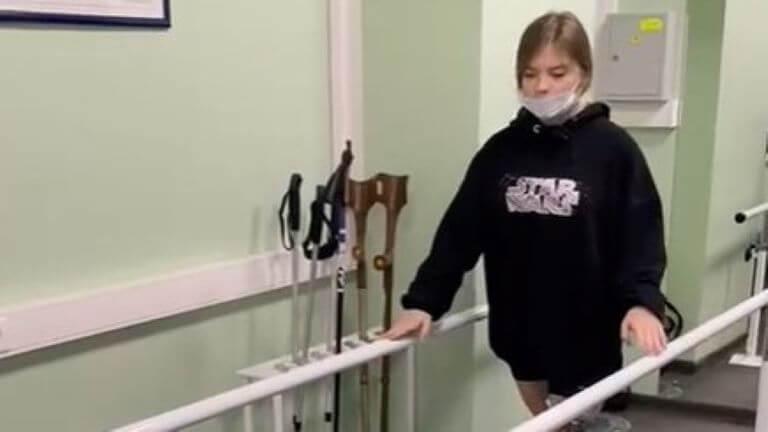 Александра Гладкова после ампутации ноги делает первые шаги