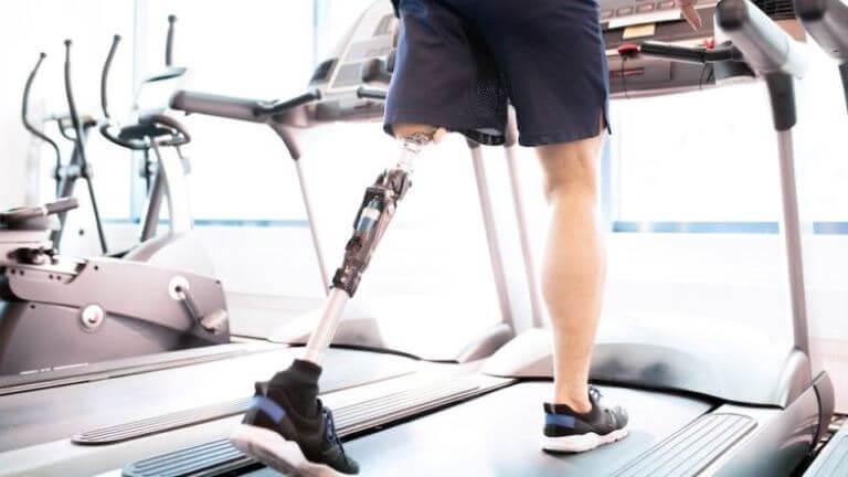 Мужчина на протезе ноги